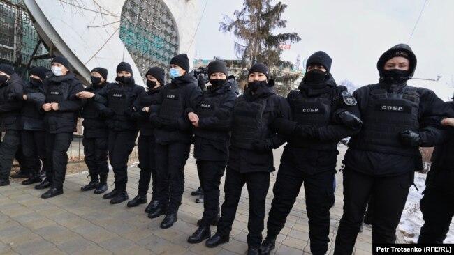 СОБРовцы, окружившие активистов.