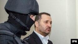 Ish-kryeministri Vlad Filat i shoqëruar nga një pjesëtar i policisë speciale