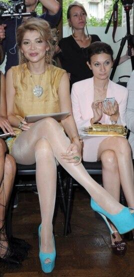 Gulnora Karimova o'z gumashtasi Gayane Avakiyan bilan Parijdagi Dior modalar kollektsiyasi namoyishida. 2011 yil.