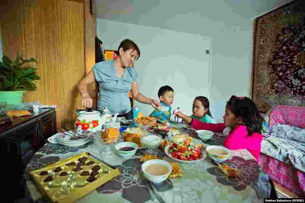 Мира кормит детей.Бывали дни, когда дети ели только китайскую лапшу или пили одно молоко, говорит женщина.