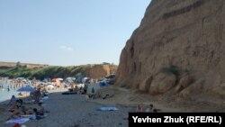 Севастополь, на пляжі в Німецькій балці ставлять намети під прямовисними глиняними берегами в зсувонебезпечній зоні. 18 липня 2021 року