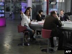 """Президент России Дмитрий Медведев (справа) во время посещения редакции телеканала """"Дождь"""". Москва, 25 апреля 2011 года."""