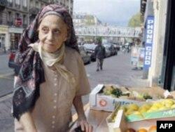 Fransa - Michel Houellebecq-in anası Lucie Ceccaldi meyvə alarkən, 28 aprel 2008