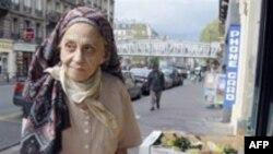 لوسی سِکالدی، مادر ۸۳ ساله ميشل هوولبِک. (عکس از AFP)
