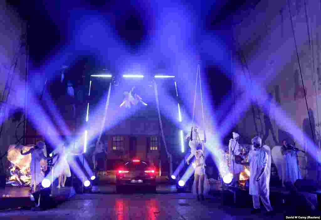 Жители Праги смотрят представление накануне празднования Дня Святого Николая (по григорианскому календарю) из салонов своих автомобилей. В связи с пандемией коронавируса, шоу проходило дистанционно. Прага, Чехия, 5 декабря 2020 года