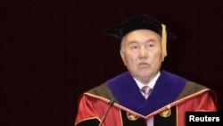 Президент Казахстана Нурсултан Назарбаев выступает с речью после получения диплома Почетного доктора политических наук в Корейском университете. Сеул, 23 апреля 2010 года.