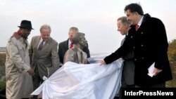 Саакашвили и американские конгрессмены открывают памятник Рейгану