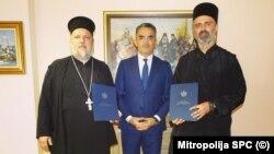 Crnogorski ministar pravde Vladimir Leposavić (u sredini) sa sveštenicima Veliborom Džomićem (L) i Predragom Šćepanovićem (D)