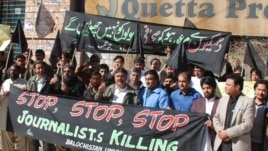 Pakistan -- Journalists protesting in Quetta against killing of Pashtun journalist Mukarram Khan Aatif by unknown militants on 17 January, 20Jan2012