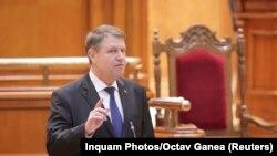 Președintele Klaus Iohannis în februarie adresîndu-se Parlamentului României