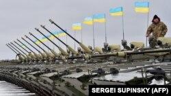Ілюстраційне фото. Українські військовослужбовці під час церемонії передачі армії зброї, військової техніки та літаків на військовому аеродромі під Житомиром, 5 січня 2015 року