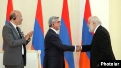 Серж Саргсян вручает премию президента Армении турецкому ученому и издателю Рагипу Зараколу, Ереван, 29 мая 2012 г.