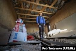Житель села Булар-батыр Ислам Джалоу в своем пострадавшем от пожара доме. Жамбылская область, село Булар-батыр. 31 января 2021 года.