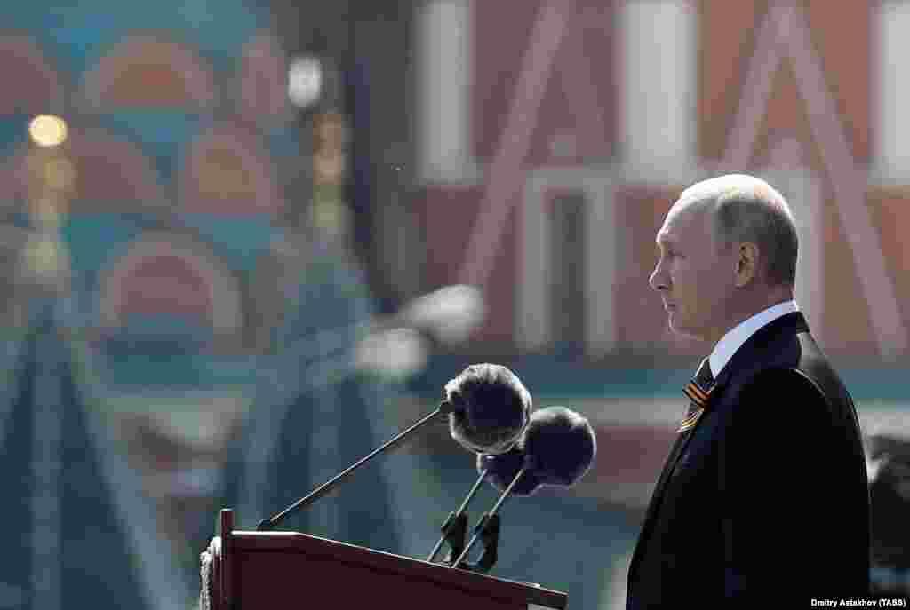 Президент Росії Володимир Путін виступив перед військовими на параді. Ця подія передує голосуванню 1 липня за суперечливі поправки до російської Конституції, які, серед іншого, мають дозволити Путіну залишатися при владі до 2036 року