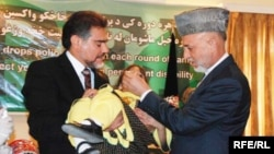 Afghan President Hamid Karzai (right) administered a polio vaccine to a child in Kabul as part of a public-awareness campaign in 2009.
