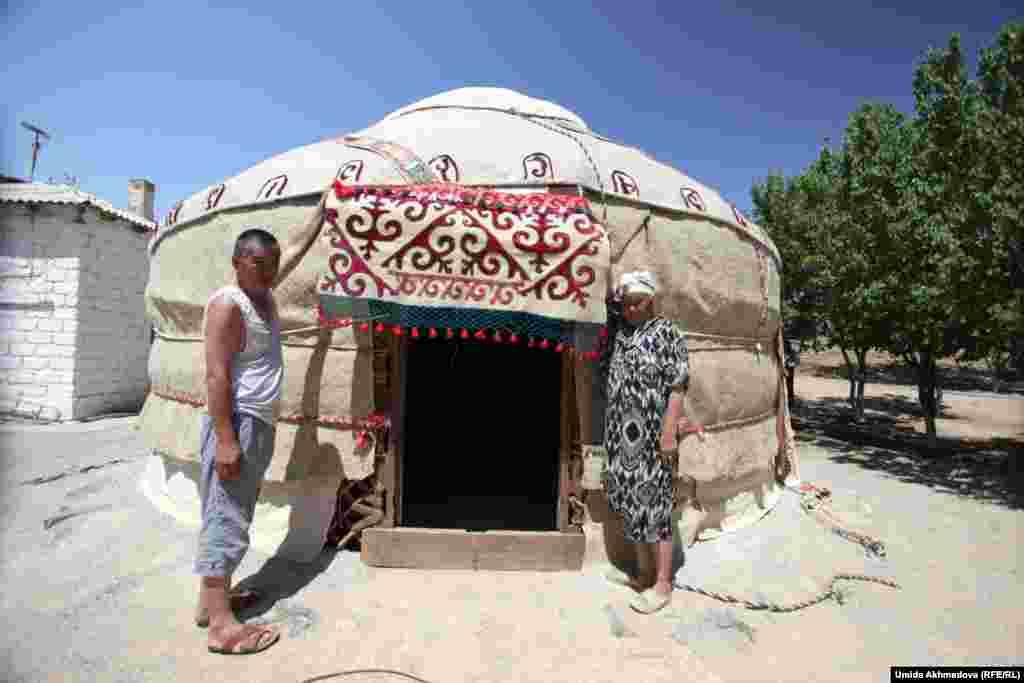 69-летняя Астара Юсупова (справа) — один из жителей села Рахат под Зарафшаном, которые по традиции летом устанавливают юрту во дворе. Каждый год для помощи в установке юрты к женщине приезжает ее сын Дулат.