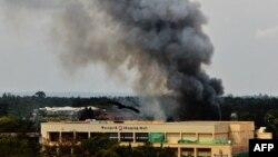 Облако дыма над торговым центром в Найроби, где боевики захватили заложников