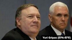 потпретседателот Мајк Пенс и државниот секретар Мајк Помпео