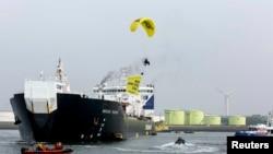 Во время одной из недавних акций экологов против бурения в Арктике (Роттердам, 1 мая)