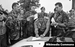 Командование Кордунского корпуса РСК подписывает акт о капитуляции. Глина, август 1995 года