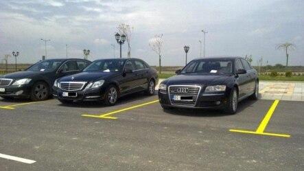Srpski državni funkcioneri parkirali svoje automobile na mestu obeleženom za invalide