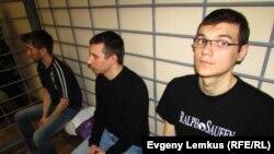 Обвиняемые справа налево: Стас Бабанов, Владислав Бондаренко, Олег Костик