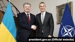Ukrainian President Petro Poroshenko (left) and NATO Secretary-General Jens Stoltenberg in Brussels in November