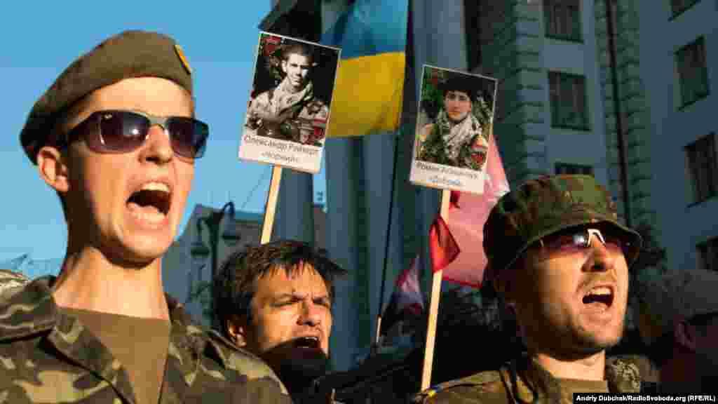 Бійці одного з добровольчих батальйонів проходять повз будівлі Кабінету міністрів