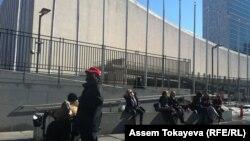 Перед зданием ООН в Нью-Йорке