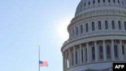 Washington, 9 ianuarie 2021 - drapel in bernă după atacul din 6 ianuarie, soldat cu morți și răniți.