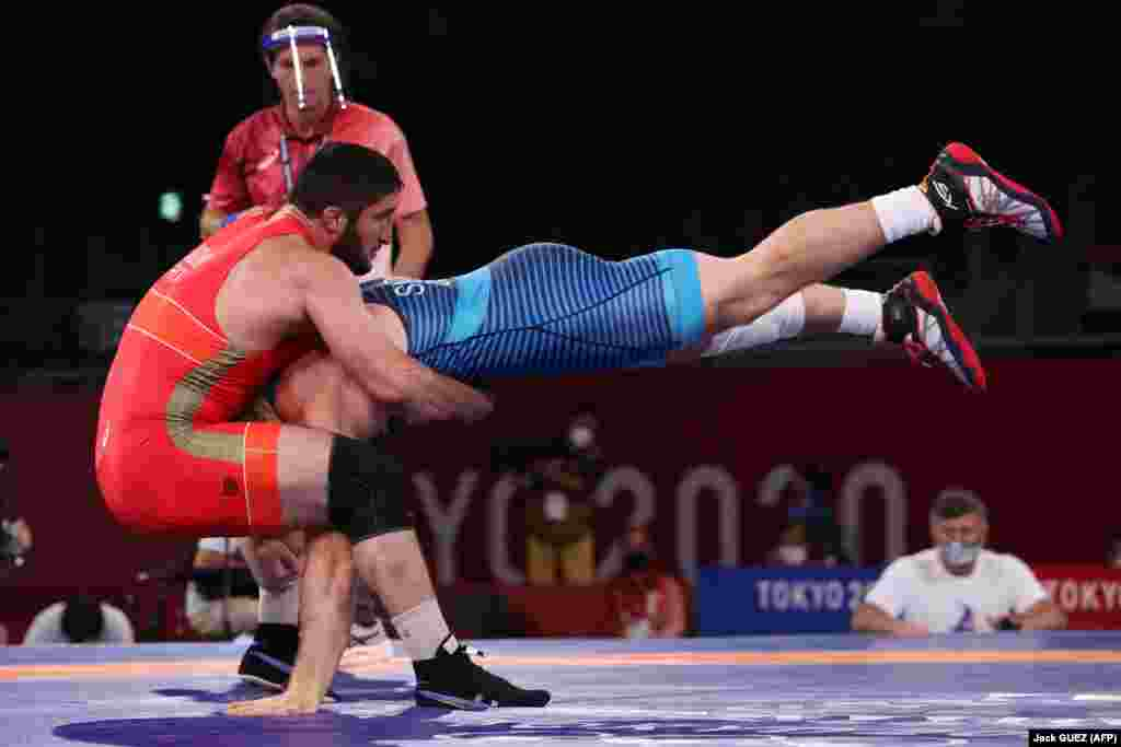 Американец Кайл Фредерик Снайдер (синий) борется с россиянином Абдулрашидом Садулаевым в финальном поединке по вольной борьбе среди мужчин в весовой категории до 97 кг на Олимпийских играх 2020 года в Токио, 7 августа 2021 года