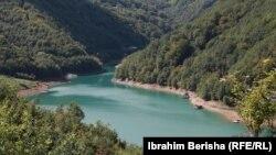 Liqeni i Ujmanit që shtrihet 9.2 kilometra në Kosovë dhe 2.7 kilometra në Serbi