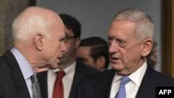 ژنرال متیس (راست) و سناتور مککین در جلسه سنا