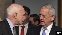 Джон Маккейн (слева) и кандидат на пост министра обороны США Джеймс Маттис