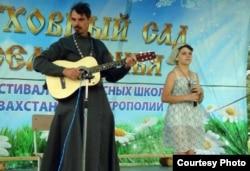 """Священнослужитель и юная послушница исполняют песню на фестивале """"Духовный сад Семиречья"""". Талдыкорган, 25 июня 2012 года."""