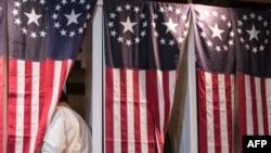 Семь избирателей выбирают своего кандидата в полночь 8 ноября 2016 года в городке Диксвилл-Нотч, Нью-Гемпшир, 8 ноября 2016 года