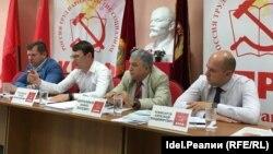 Алексей Серов крайний слева