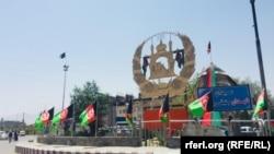 د کابل دهمزنګ څلورلارې چې د افغانستان د خپلواکۍ د بېرته ترلاسه کولو د سلمې کلیزې په مناسبت تزئین شوې ده.