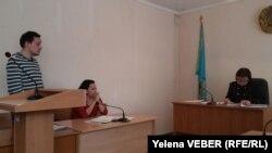 Журналист Николай Кравец (сол жақ шетте) сотта тұр. Қарағанды, 14 наурыз 2017 жыл.