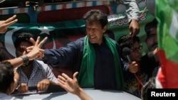 Имран Хан на встрече со своими сторонниками в Карачи