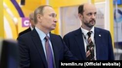 Президент России Владимир Путин и его советник по вопросам развития интернета Герман Клименко (архивное фото)