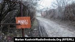 Замінована дорога біля будинку Валентини у селі Сизе на Луганщині