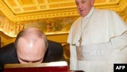 Президент России не всегда непреклонен: папа римский Франциск и Владимир Путин обмениваются подарками. Частная аудиенция в Ватикане. Ноябрь 2013 года