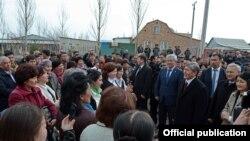 Президент Кыргызстана Алмазбек Атамбаев на открытии школы в Бишкеке. 20 марта 2015 года.