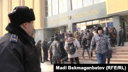 Активисты требуют отставки председателя Нацбанка после одномоментной девальвации тенге. Алматы, 12 февраля 2014 года.