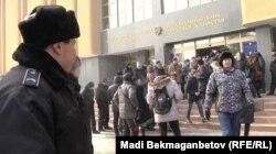 Акция протеста у Национального банка против девальвации. 12 февраля 2014 года.