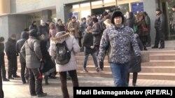 Ұлттық банк алдында тұрған наразылар. Алматы, 12 ақпан 2014 жыл.