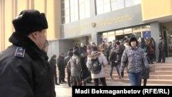 Активисты у здания Национального банка Казахстана. Алматы, 12 февраля 2014 года.
