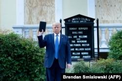 Președintele Donald Trump în fața bisericii St. John's, Washington, 1 iunie 2020.