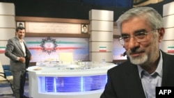میرحسین موسوی (راست) و محمود احمدینژاد؛ دقایقی پس از خاتمه مناظره تلویزیونی چهارشنبه شب
